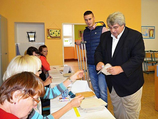 Volby 2013: Hejtman Josef Řihák se synem Josefem u voleb.