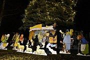Betlém s českými motivy pod vánočním stromem v Tochovicích.