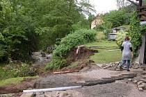 Poškozený pozemek u domu v Kamýku.