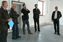 PŘEDÁVÁNÍ dokončené stavby musí být důkladné. Závady si zapisoval Jaroslav Peterka, který zajišťoval technický dozor stavby (druhý zleva). Na snímku je také vedoucí odboru investic Antonín Fremut (vlevo).