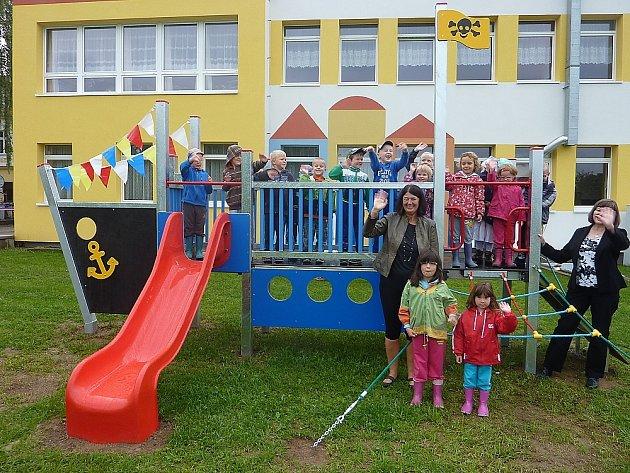 Vítání prvňáčků ve Hvožďanech,  kde je v zahradě mateřské školy nové hřiště.