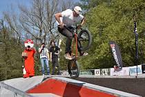 Skejťáci i bikeři se konečně dočkali, mohou si vyzkoušet nově otevřený skatepark.