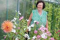 Zdeňka Šímová se mezi květinami cítí nejlépe.