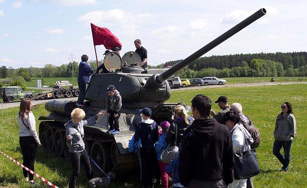 Tank T 34byl neustále vobležení děti idospělých.