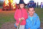 Sedmiletá Zuzanka s tatínkem Milanem Kostohryzem z Březnice oslavili čarodějnice na Stráži podruhé.