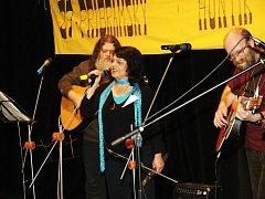 Příbramský huntík už 8 let nese jmén novináře, skauta a muzikanta Zdeňka Hejkrlíka (vpravo), po jeho smrti se pořádání ujala jeho manželka Jana (uprostřed).