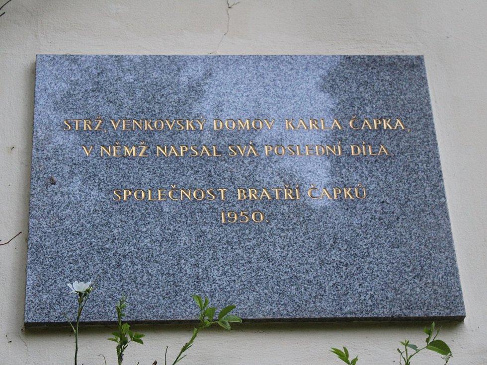Památník Karla Čapka na Strži nedaleko Staré Huti u Dobříše.