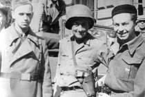 Setkání příslušníků americké armády a zdejších partyzánů v Příbrami 9. 5. 1945 před radnicí.
