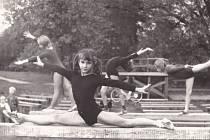 Gymnastika měla své zázemí i v areálu Nového rybníku, jak dokazuje tento snímek z roku 1976, kde je autorka vyprávění Hana Jíchová i se svými kamarádkami.