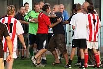 Trenér Sokola Brozany Jiří Němec (vlevo) si po utkání v Jirnech přišel také na své.  S jedním z pořadatelů Viktorie  si důrazně vyměňuje názory. Jak ukazuje snímek, o přátelské objetí asi nešlo.