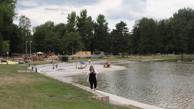 Na koupališti v areálu Nového rybníka je stále živo, za zábavou tam i při nepříznivém míří malí i velcí návštěvníci.
