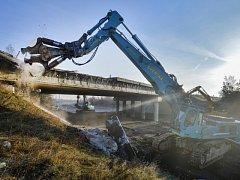 Stavbaři začali 25. března ráno bourat most přes dálnici D4 na křižovatce Skalka na Příbramsku.