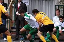Příbramští hráči (v zelenobílém) vydřeli v zápase Superligy malého fotbalu bod na hřišti Prahy.