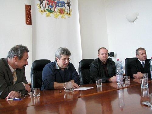 Starosta Josef Řihák (uprostřed) odpovídal na dotazy čtenářů.