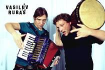 Kapela přiveze nejen zbrusu nové album s názvem Nebyl, ale, nýbrž také písničkáře Xaviera Baumaxu.