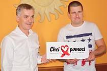LOGO  CHCI POMOCI. Zakladatel nadace Tomáš Bezouška (vpravo)  společně s Václavem Chmelařem, který  je  partner projektu.