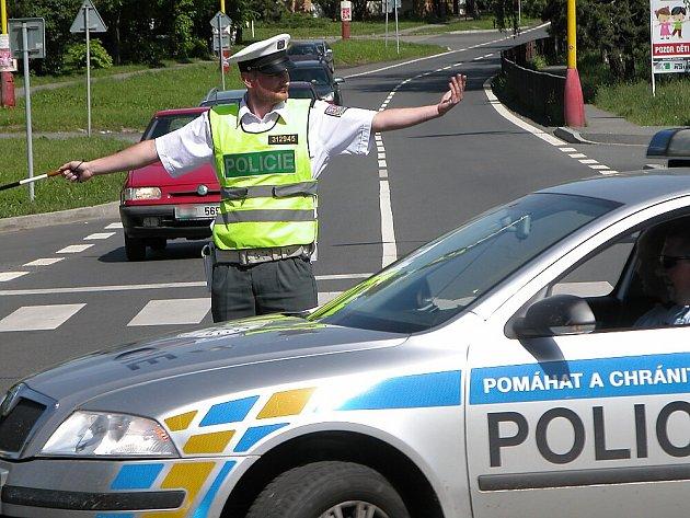 Soutěž dopravních policistů Středočeského kraje v Příbrami. A zrovna projíždí policejní vůz...