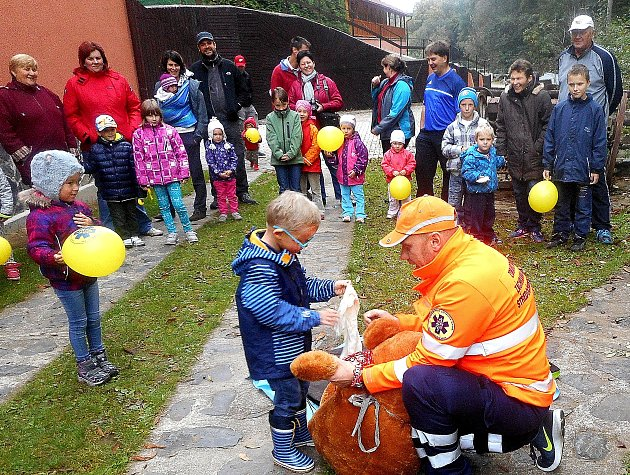MALÍ účastníci si ukázku se záchranářem Markem náramně užili.