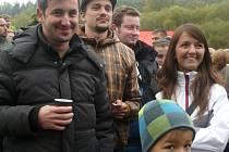 NA  VETERÁNECH podnikla čtveřice mladých z Fichtl gangu cestu dlouhou přes 3000 kilometrů.  V Sedlčanech v areálu kotliny jsme potkali tři z nich - Tomáše Petříka (vlevo), Luboše Řezníka (v kostkované bundě) a Lucii Kulasovou.