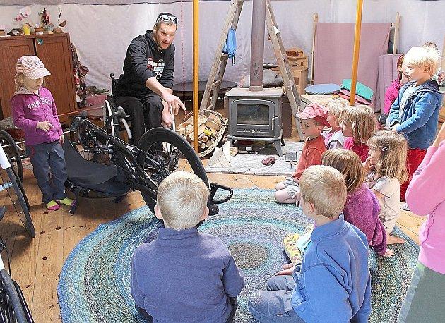 Hendikepovaný český reprezentant v handbikingu a dlouhém triatlonu Jan Tománek besedoval s dětmi v mokrovratské lesní školce o sportování vozíčkářů, o používaném vybavení a také o všem, co děti zajímalo.