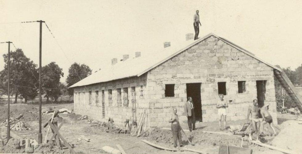 Stavba. Fotografie zachycující budování kabin na stadionu V Lipkách, kam se oddíl přestěhoval v roce 1958 a hraje zde dodnes.