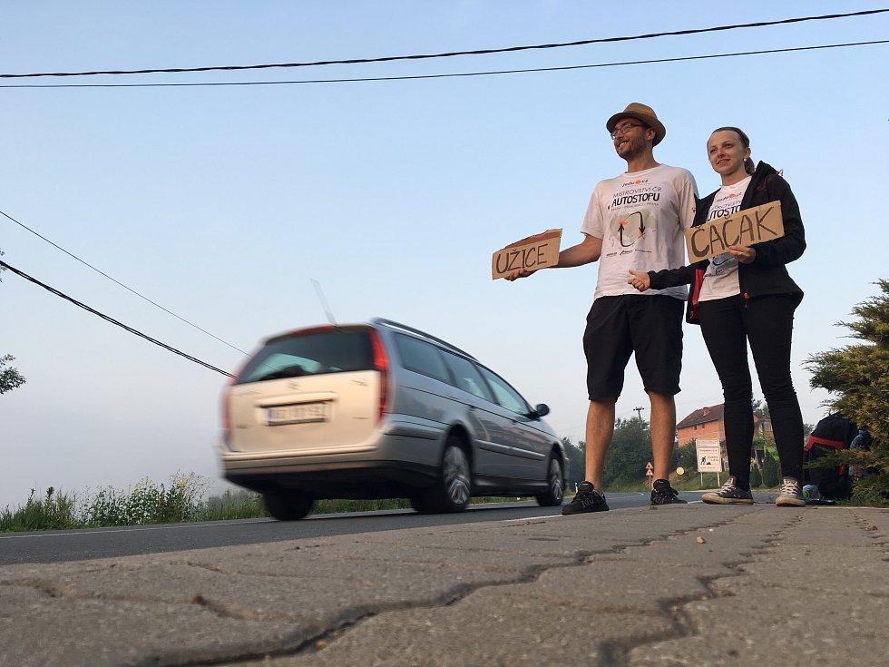 Sedm dní, osm hodin a dvacet minut. Přesně tak dlouhou trvalo dublovickým stopařům Michaele Šofkové a Davidovi Švecovi ujet 4 964 kilometrů na Mistrovství České republiky v autostopu.