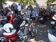 Nadšenci motorismu si přišli v sobotu 5. srpna v Petrovicích na své. Mohli na náměstí obdivovat historická auta a motocykly, jejichž majitelé tu měli několikahodinovou plánovanou zastávku.