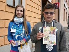 Srdíčkové dny, sbírka v Sedlčanech. Žáci deváté třídy 2. ŽS Propojení ze Sedlčan Michaela Halfarová a Filip Dvořák.