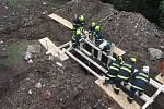 Příbramští hasiči opět procvičovali stabilizaci a pažení výkopů.