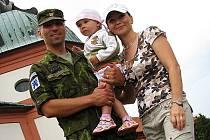Kapitán Michal Prejzek s rodinou po slavnostním nástupu 13. kontingentu na Svaté Hoře