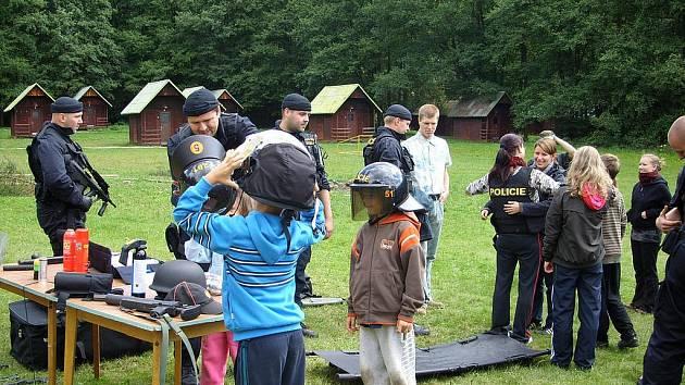 Policie mezi dětmi na táboře.