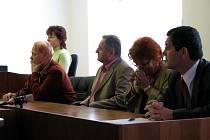 Obžalovaní úředníci radnice se svými obhájci