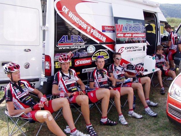 Jezdci CK Windoors odpočívají před startem dalšího závodu.