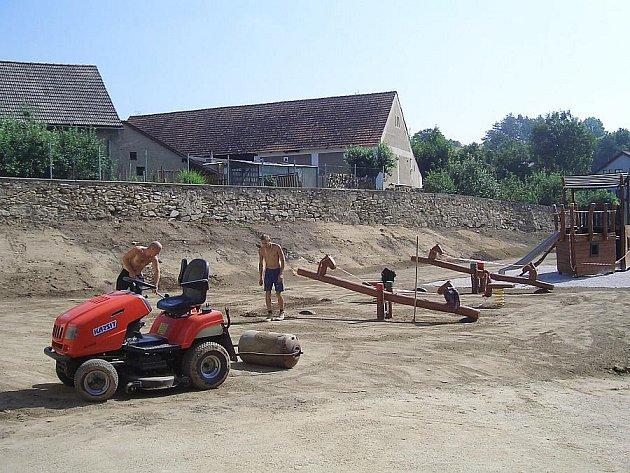 Výstavba nového dětského hřiště v Jesenici