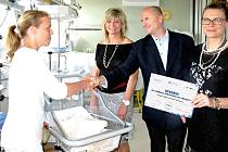 PERSONÁLU příbramské porodnice předává ocenění za profesionalitu RNDr. Tomáš Reiter a Adéla Stolaříková.