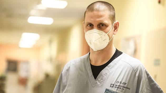 Covid oddělení příbramské nemocnice. Na snímku lékař Martin Zatloukal.