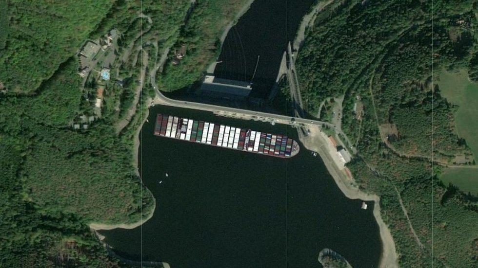 Loď Ever Given u hráze Orlíku.