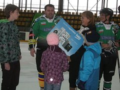 Hokejový maraton - předání poukazu DD Pepa.