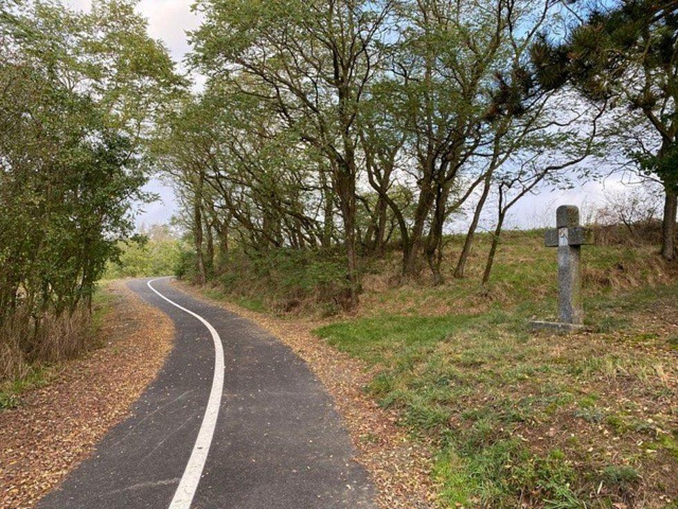 Nadšenci cyklistiky mohou využít novou cyklostezku.