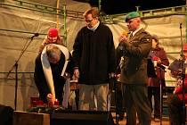 První adventní svíčku zapálil voják z povolání.