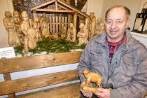 """SEDLČANSKÉ muzeum vystavuje až do 6. ledna betlém, který vytvořil Jiří Baloun (na snímku). """"Od řezbáře jsme jej před několika lety odkoupili a dohodli jsme se s ním, že se pokusí každý rok přidělat další figurku,"""" poznamenal David Hroch, ředitel muzea."""