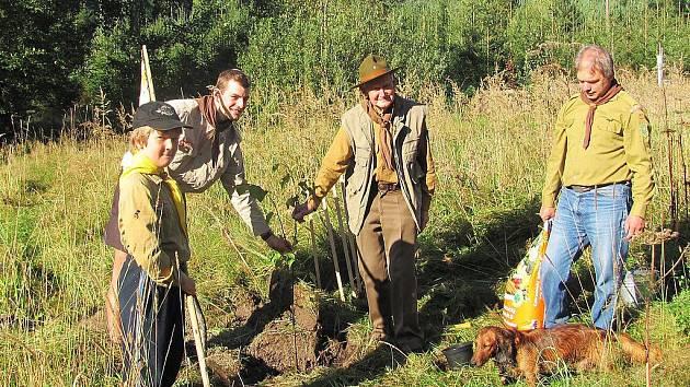 Skauti prožili slunečný víkend v brdských  lesích a při příležitosti 100. výročí skautingu na Rožmitálsku vysadili lípu.