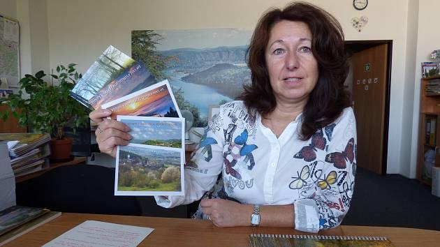 Štěpánka Barešová, tajemnice Sdružení obcí Sedlčanska a ředitelka Toulavy s vějířem pohlednic.