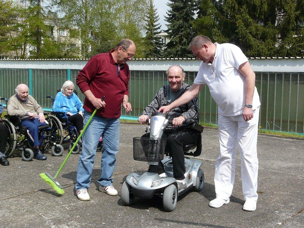 PRVNÍ z klientů si vyzkoušel jízdu po dopravním hřišti Josef Mlejnek. František Čížek (vpravo) mu dává potřebnou instruktáž.