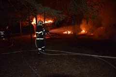 Požár byl ohlášen krátce před 03. hodinou ve středu 28. června byl na tísňovou linku HZS Středočeského kraje ohlášen požár dřevěné restaurace a přístřešku.