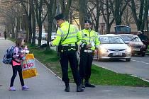 Policisté před školou.
