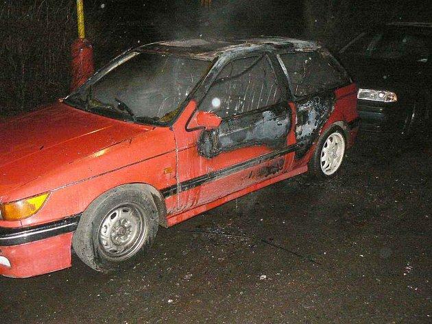 Auto v ulici Boženy Němcové v Příbrami podpálil neznámý žhář.