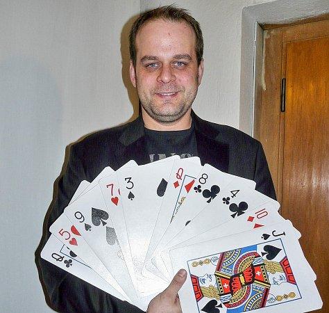 KOUZLA předvedl známý herec Roman Štabrňák vsobotu večer vSedlčanech na plese sedlčanských divadelních ochotníků.