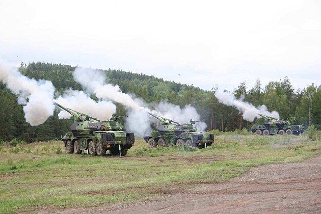 Dělostřelci střílejí v Brdech z kanónových houfnic.