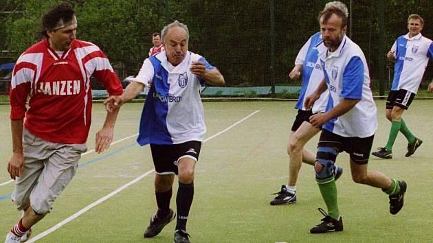Fotbalisté Unionu Brdy (v modrobílém) vyhráli svůj turnaj, který uspořádali u příležitosti oslav 35. let klubu.